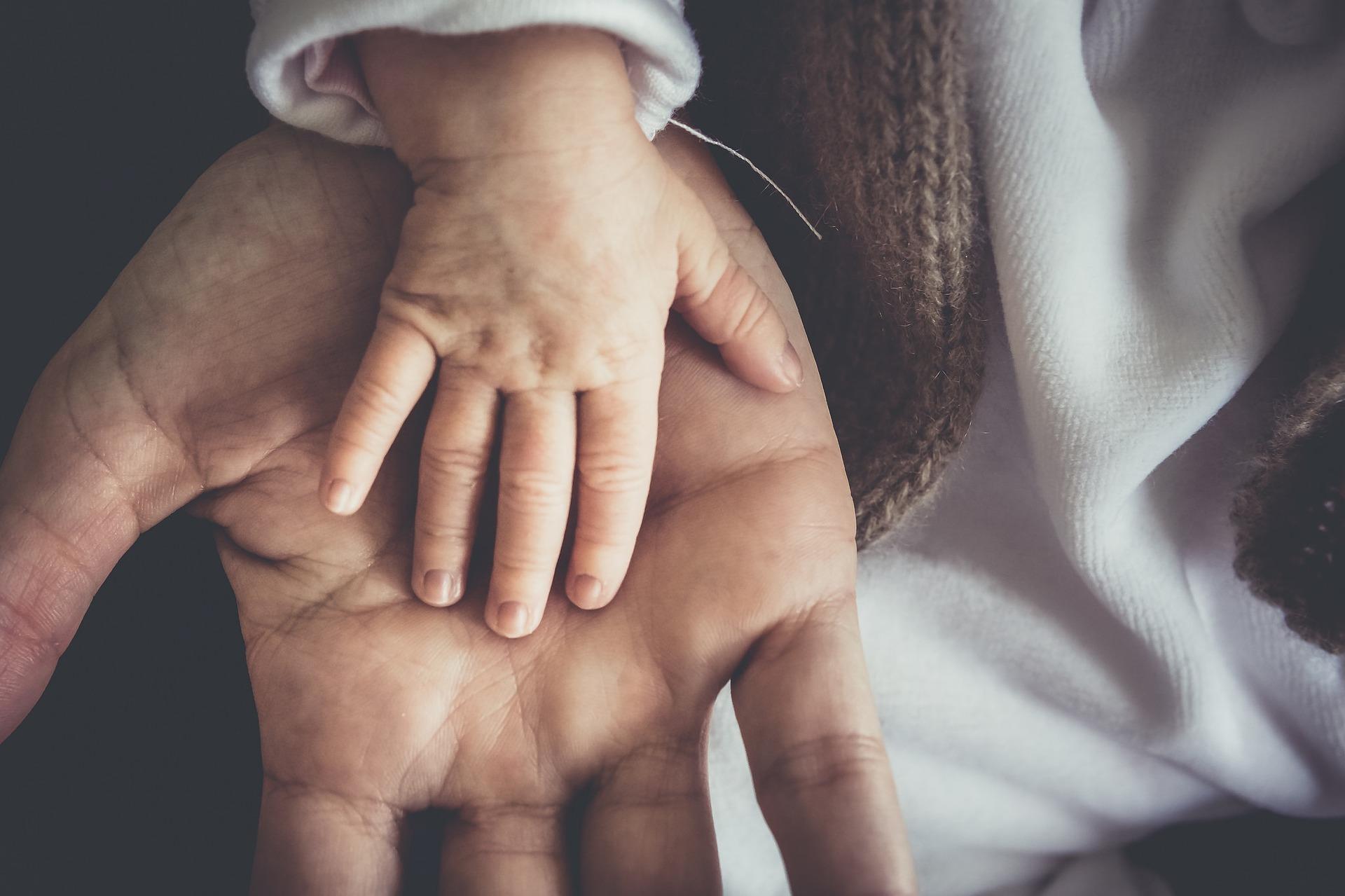 main enfant adulte