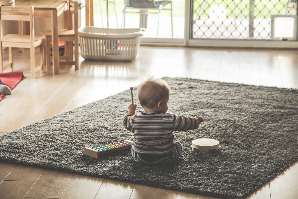 enfant tapis