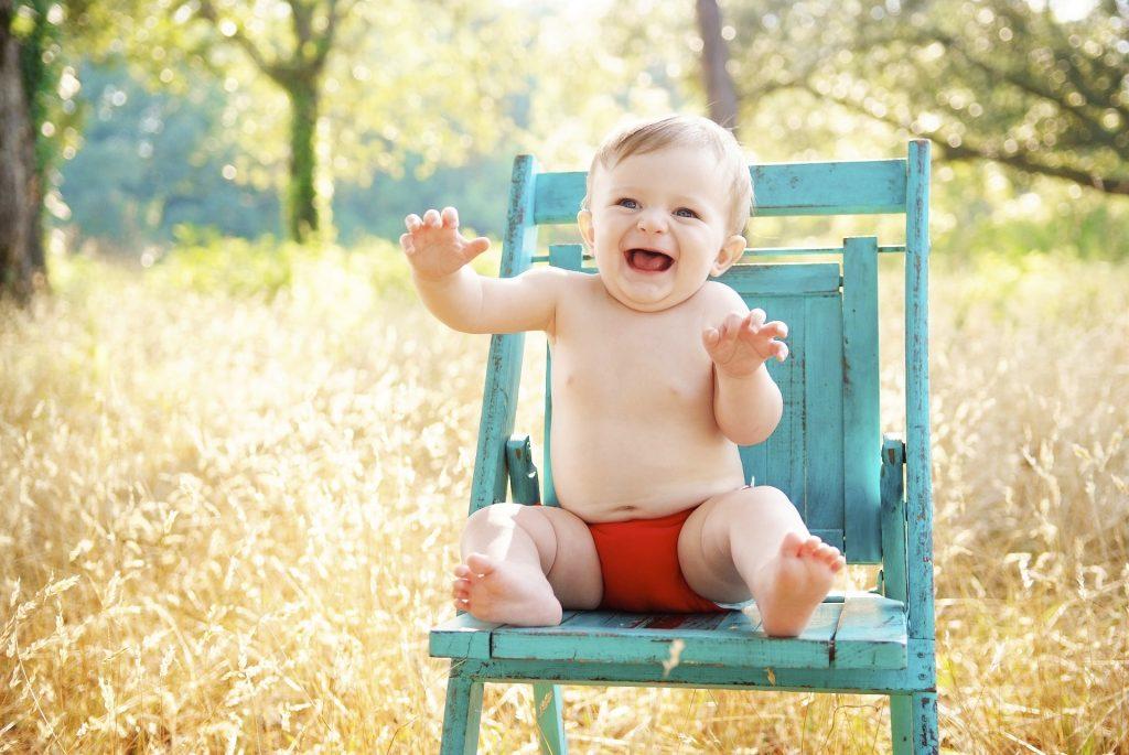 bébé sur une chaise